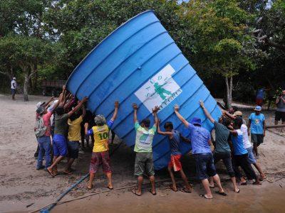 Assunto: Ribeirinhos da comunidade de Anumã carregam caixa d'agua comunitária - rio tapajos Local: Santarem - PA Data: 03/2017 Autor: Chico Ferreira