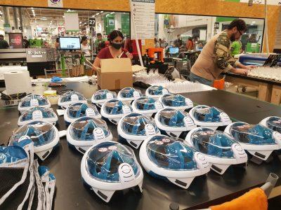 Linha de produção das máscaras de mergulho adaptadas para o tratamento da Covid-19 (18.mai.2020) Foto: Victor Souza/Reprodução - CNN Brasil