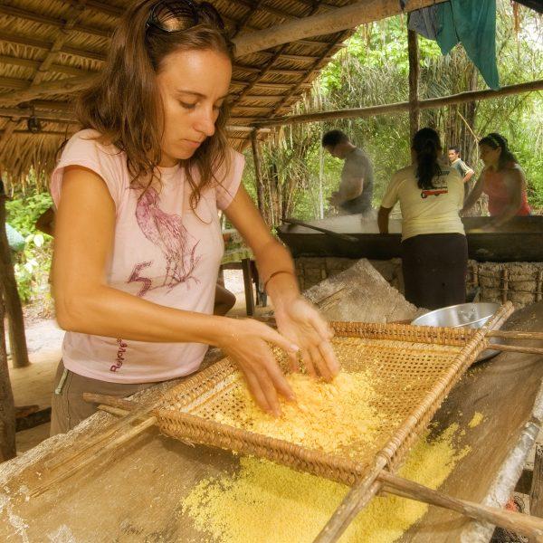 Turismo de Base Comunitária.Santarém-PA'09/02/2010. Comunidade Atodí.Casa de Farinha.A arquiteta Lígia Periccinoto, do projeto